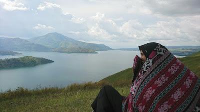 Menikmati Pesona Danau Toba dari Atas Bukit Holbung