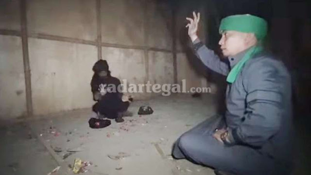 Adu Kesaktian dengan Ustaz Ujang Bustomi, Dukun Santet Garut Terlempar sampai Jebol Dinding