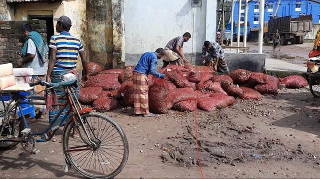 ভারত থেকে পেঁয়াজ আমদানির পর হিলি স্থলবন্দরে পেঁয়াজের দাম কমেছে