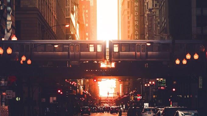Papel de Parede Pôr do Sol Cidade Urbana com Metrô