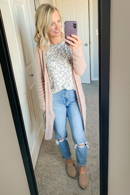 Mom jean outfit with gray leopard top #momjeans