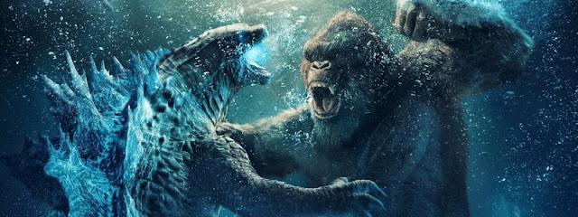 Kong, do lado direito, luta com Godzilla, do lado esquerdo, no oceano, ocupando quase toda a imagem em si