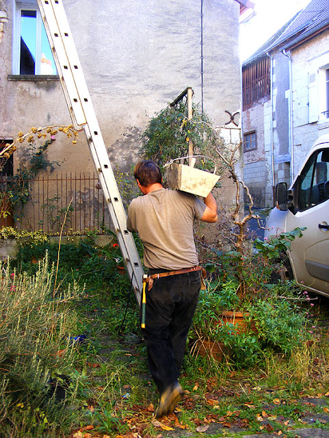 Carrying lime mortar, Indre et Loire, France. Photo by Loire Valley Time Travel.