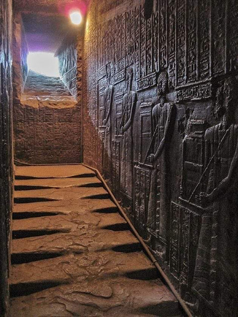 الدرج الغربي المؤدي لمعبد حتحور - مصر 2300 سنة ق. م
