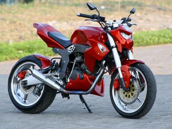 Foto Gambar Modifikasi Honda Tiger Revo CW dengan model gaya street fighter menggunakan velg berukuran sekitar 4,5 inci dengan diameter 17 inci dan menggunakan ban 160/60 shock dan swing arm disesuaikan dengan ketebalan velg