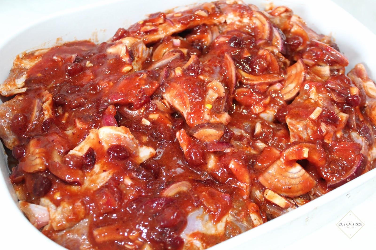 Żeberka pieczone w sosie żurawinowo-kethupowym z czerwoną cebulą - przepis