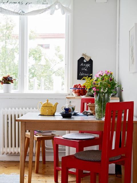 cadeiras vermelhas na cozinha