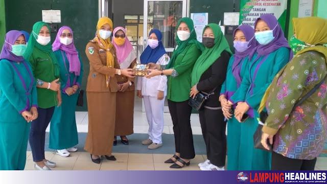 Istri-Istri DPRD Fraksi PKB Tanggamus Bagikan 50 Paket  Bingkisan Ke Nakes di RSUDBM Kota Agung