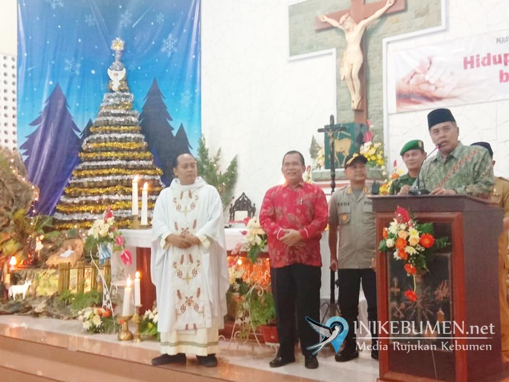 Gus Yazid Sambangi Gereja di Kebumen saat Misa Malam Natal