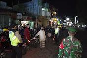 Tak Hanya Siang, Aparat Gabungan di Pasirian Lumajang Laksanakan Operasi Yustisi Malam