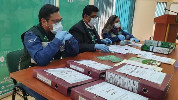 Ejecutivos de la ANH con expedientes de los casos de presunta corrupción de la anterior gestión  / ABI