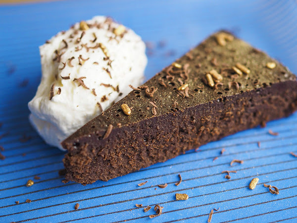 Täyteläinen Nemesis-suklaakakku on suklaan rakastajan unelma