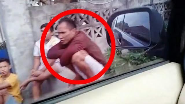 Sedang Duduk Santai, Pencuri Spesialis Kos Ini Digeret Masuk Mobil Polisi