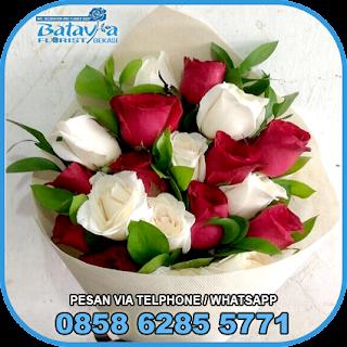 toko-bunga-tangan-bekasi-karangan-bunga-tangan-hand-bouquet-buket-wisuda-pengantin-pernikahan-mawar-matahari-di-bekasi-05