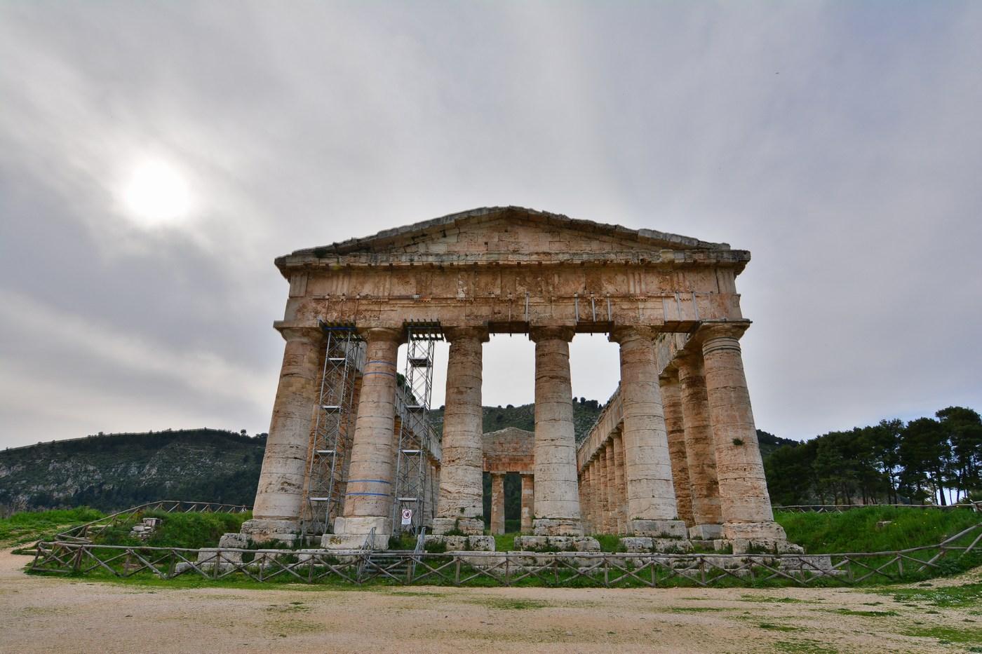 Façade du temple avec ses six colonnes doriques.