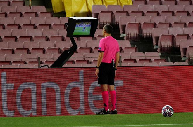 Tranh cãi VAR: Barcelona của Messi có được hưởng lợi trước Napoli? 3