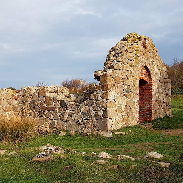 Wandern auf Bornholm: Rund um Hammerknuden. Salomons Kapel ist einer der Attraktionen am Rand des Wanderwegs.