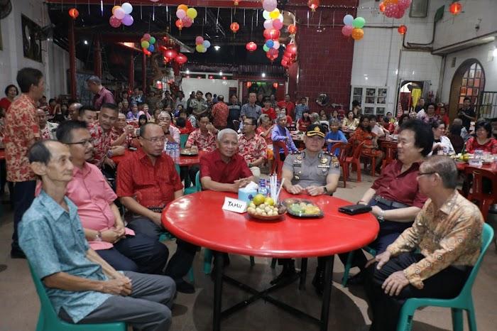 Muda mudi Masyarakat Tionghoa  menyambut kedatangan Bupati Asahan beserta Rombongan di beberapa Vihara di Kisaran Asahan