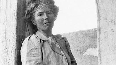 Gertrude Bell, ensimismada pensando en su mala fortuna en el amor