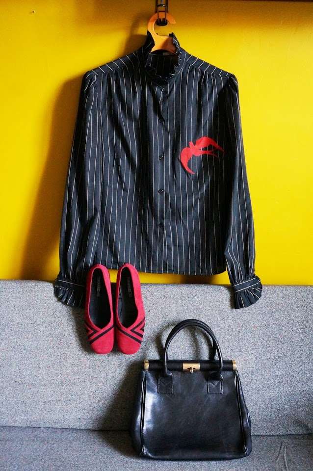 70s 1970s leather black handbag sac cuir années 70 red black striped chunky shoes 80s 1980s années 80 escarpins rouge noir daim blouse frilled striped black red swallow chemise noir rayé hirondelle