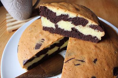 Torta variegata senza glutine, dalla consistenza equilibrata e dal profumo unico di vaniglia e cacao. Ottima per colazione e momenti di relax.