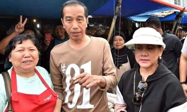 Foto Bersama Jokowi, Warga Lampung Acungkan 2 Jari, Netizen: Sabar Pak, Rakyat Mendukungmu Kembali ke Solo