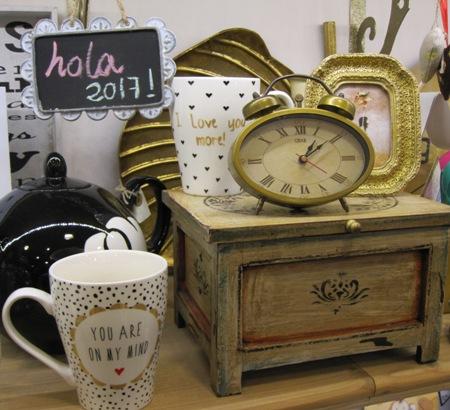 Caja de madera, reloj, marco y tazón de estilo retro.
