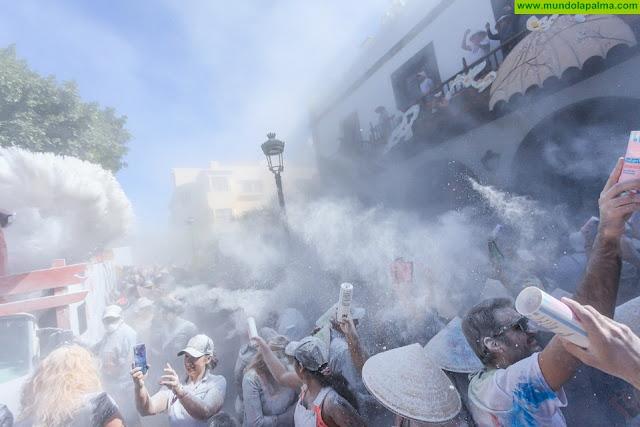Una multitud de carnavaleros se rindió a los pies de la GRAN POLVACERA de Japón en Aridane