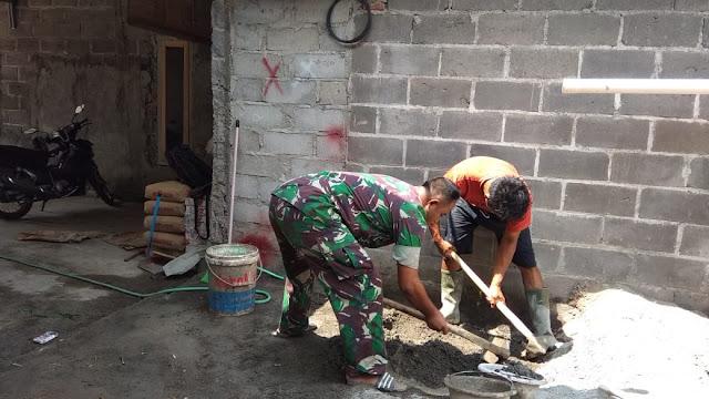 Wujudkan Sinergitas TNI-Rakyat,Babinsa Ikut Gotong Royong Bangun Rumah