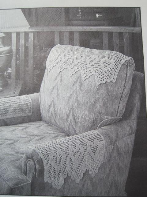 Kain alas kepala pada sandaran kursi yang oleh orang Belanda dan Ingrris disebut antimacassar