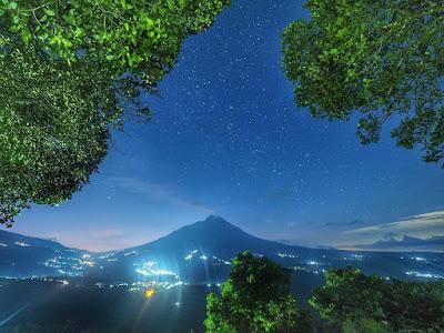 foto pemandangan ketep pass di malam hari