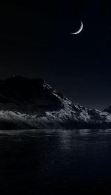 هلال مع جزيرة فى الليل الاسود