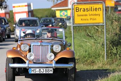 """Branca e Percival lafer passando pelo bairro """"Brasilien"""" em Schönberg no norte da Alemanha."""