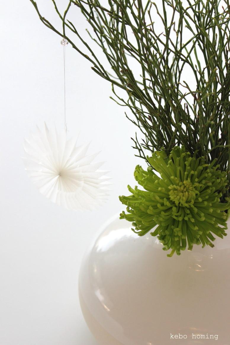 Heidelbeerzweige, grüne Chrysantheme, filigraner Papierstern, friday flowerday, Blumendeko, florale Weihnachtsdeko, kebo homing, dem Südtiroler Food- und Lifestyleblog