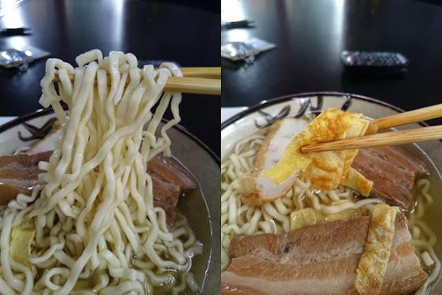 沖縄そばの麺と玉子焼きの写真