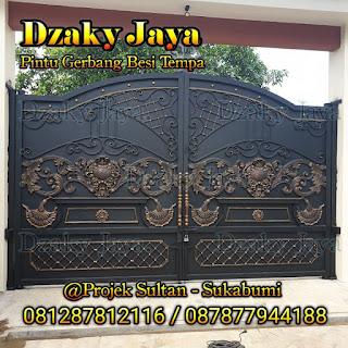 Contoh pintu pagar besi tempa klasik model swing di Sukabumi