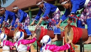 Rampak Bedug adalah tarian tradisional yang dipadukan dengan instrumen musik khas Banten.