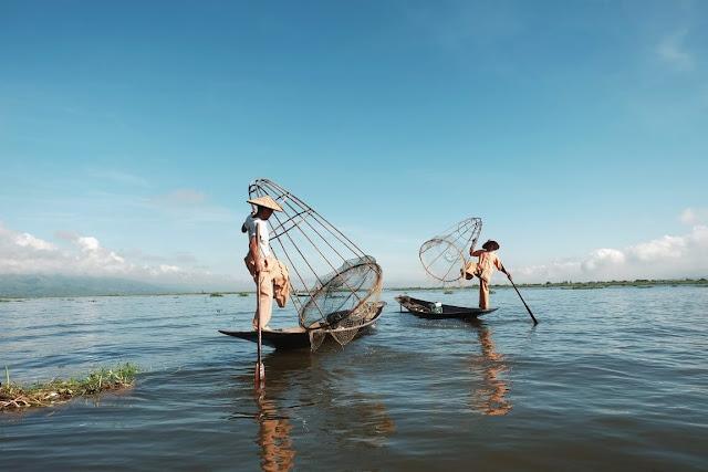 Inle (hay Inlay) trong tiếng Myanmar có nghĩa là hồ lớn, nằm ở vị trí trung tâm bang Shan, cách thành phố Taung-kyi, thủ phủ bang Shan khoảng 40 km về phía nam. Hồ nằm ở độ cao khoảng 889 m so với mực nước biển, bao quanh là núi cao, và có diện tích khoảng 220 km2. Nơi sâu nhất khoảng 6 m, mực nước thay đổi theo mùa chênh lệch giữa mùa cạn (tháng 5), và mùa nước đầy (tháng 8) khoảng 1,2 m.