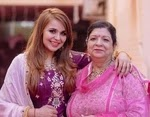 गिन्नी चतरथ अपनी माँ के साथ