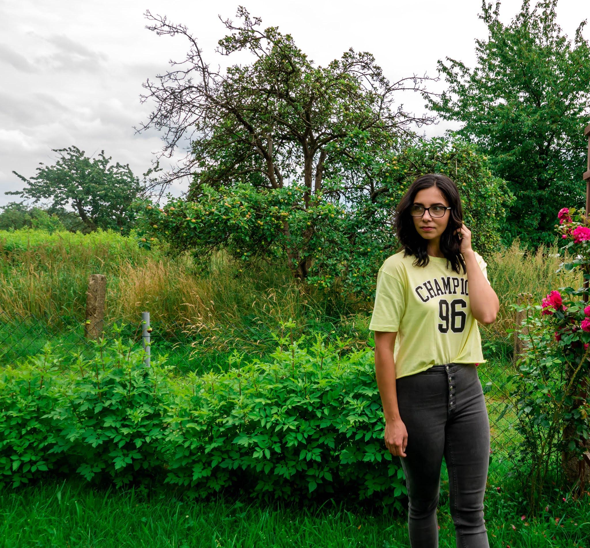 t-shirt z nadrukiem i jeansy z wysokim stanem