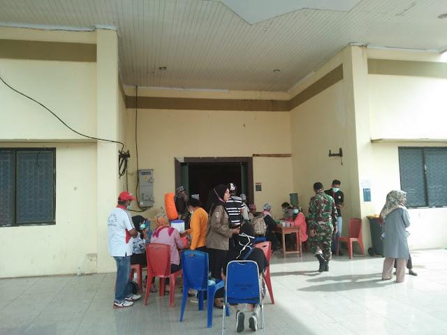 Tim Tim Gugus Tugas Penanganan dan Pencegahan Covid-19 saat melakukan pemeriksaan 66 Peserta Karantina di Gedung LPTQ Kota Tual