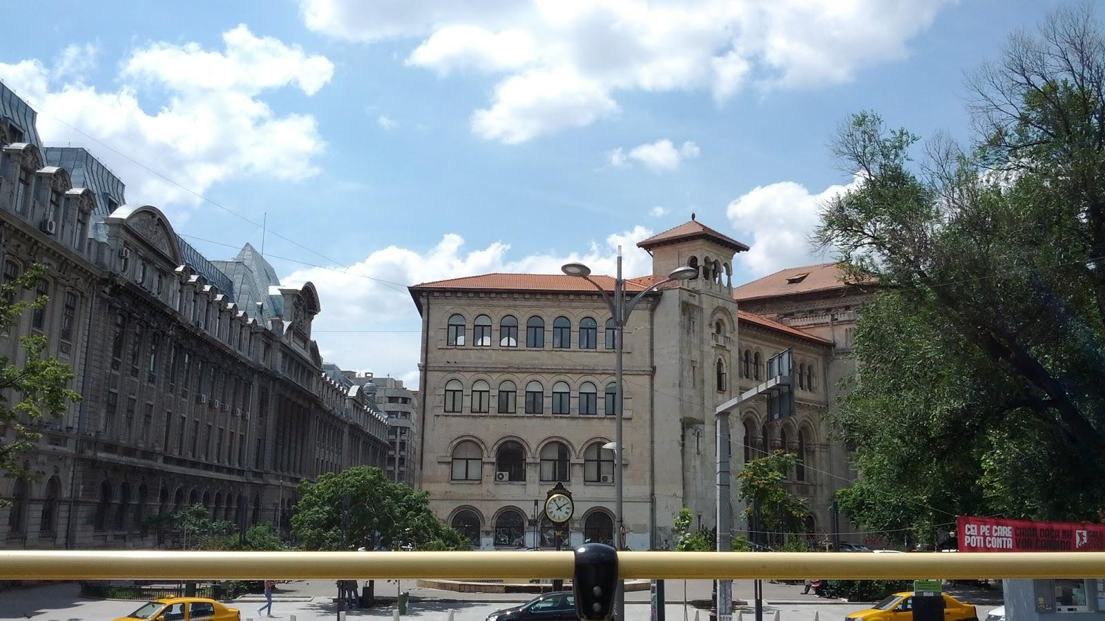 """Universitate - Ceasul de la """"fantana arteziana"""". Se vede Facultatea de Matematica (stanga) si Facultatea de Arhitectura (centru)"""