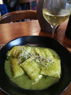 Raviolis farcits de bacallà amb salsa verda del Kinza