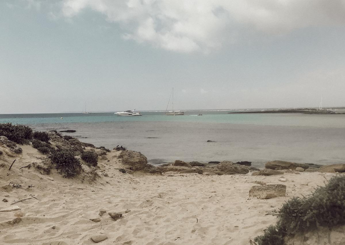 Platja Es Trenc Mallorca Best Beaches Die schönsten Strände und Buchten Mallorcas auf: https://www.theblondelion.com/2019/09/schoenste-straende-buchten-mallorca.html Tipps Reiseblog Travel Diary Reiseführer Reisetipps