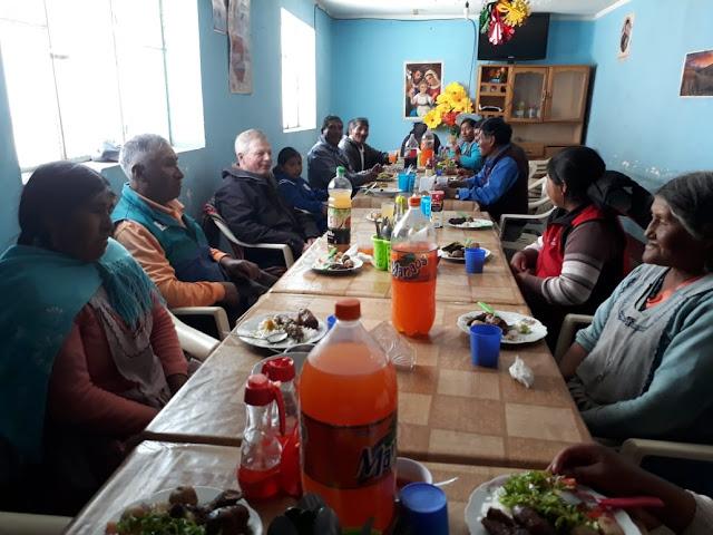 Etwa 20 Gäste fanden sich zum schmackhaften Mittagessen mir argentinischem Fleisch und Würstchen ein.