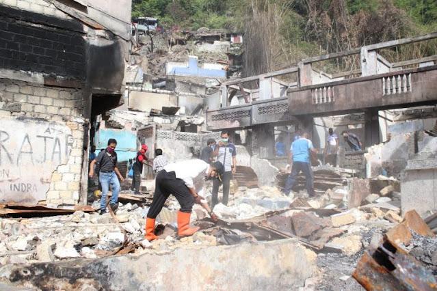 Rustan Saru Pimpin Kerja Bakti Bersama di Lokasi Kebakaran APO Jayapura