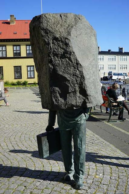 estatua homem pedra