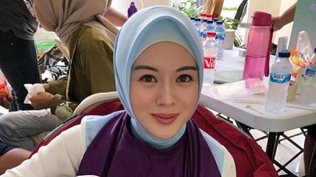 Perdana Masuk Masjid, Ibu Ayana Moon Siap Jadi Mualaf?