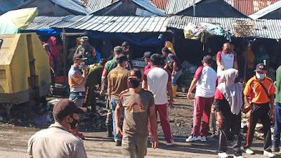 Anggota Koramil, Polsek Manggelewa, Camat dan Warga Bersihkan Sampah di Pasar Soriutu