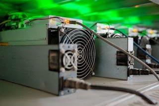 Интерьеры комнат светятся странным зеленым светом от светодиодов рабочих устройств